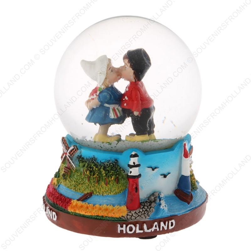 Holland Kussend Paar - Sneeuwbol 9cm