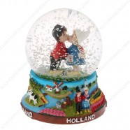 Holland Kissing Couple - Snow Globe 9cm