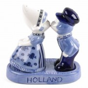 Salt and Pepper Sets Kissing Couple